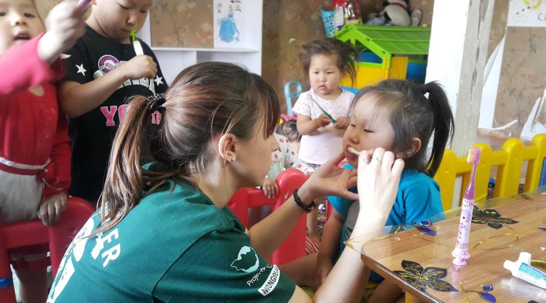 モンゴルの子供たちに歯磨き指導を行うチャイルドケアボランティア
